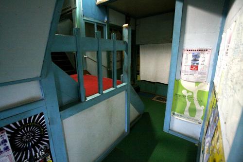 階段の柵、やや狭まる廊下が目を引く