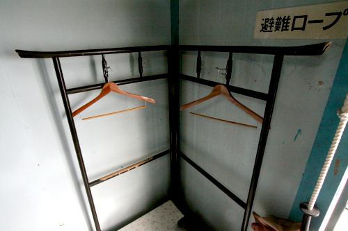 ハンガーラックがまさかの衣桁(いこう、着物を掛ける伝統家具)