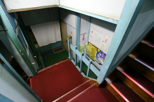 ボーン、ボーンという音が聞こえたので階段を下りる