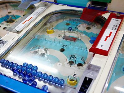 台は斜めに設置されているので、玉が台の下に溜まる。昔は白い玉だったそうだが、今は生産中止になったので、この青い玉を使っているそうだ。