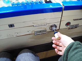 この発射装置を引っ張って、放つと玉が1つ、場合によっては2つ飛んでいく。