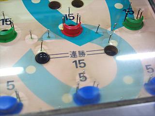 15のところに入れば15個の玉がガラスの上から落ちてくる。連勝というのは、両方に玉が入らないと得点にならないシステム。