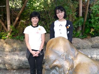 ちひろ美術館・東京のおふたり。お勧めゴリラ絵本はやはり『すきですゴリラ』だそうです