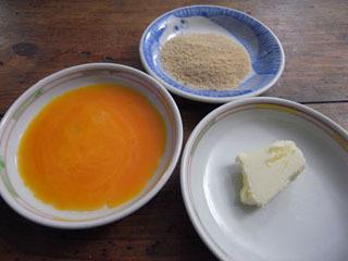 というわけで、バター、卵黄、砂糖(きび砂糖)の3品を用意。