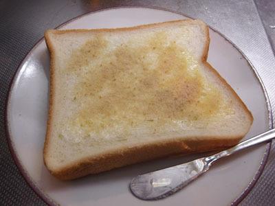 そこで、パンにバターを塗って砂糖をまぶしてみた。