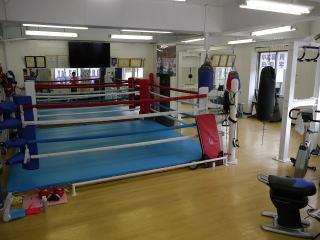 日比谷線・三ノ輪駅すぐの「矢代ボクシングフィットネスクラブ」。ボクシングジムといってもどちらかというとフィットネス寄りらしい