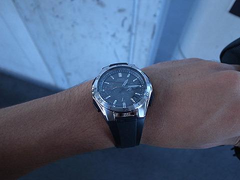 ちなみに舐められてはいけないと、黒いアナログの時計をつけてきた