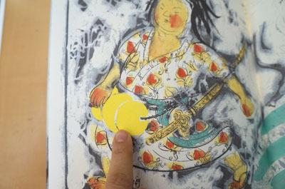 穴をあけて直に腰に装着(瀬川康男・絵、松谷みよ子・文「ももたろう」より)