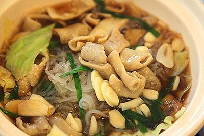 牛もつ鍋は1人前1344円。2人で十分食べられる量だった気がする。ニンニクたっぷり、モツは柔らかい。