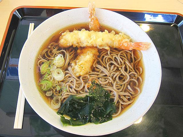 海老天そばの天ぷらが意外に美味くて驚いた。580円。