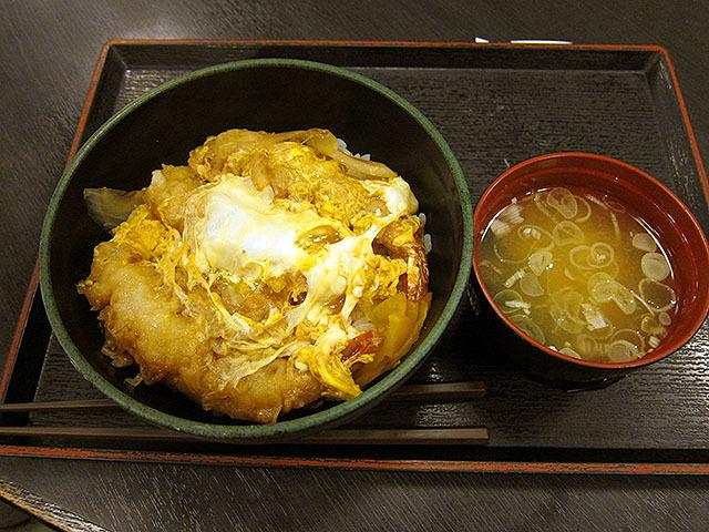 天とじ丼はみそ汁付きで550円。海老の天ぷらが玉子とじになっている。