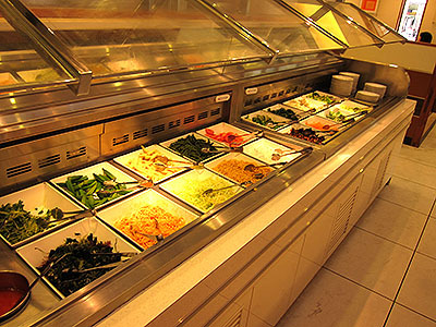 各種野菜。美味いので取りすぎても食べきれる。