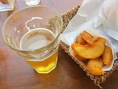ポテトも美味いしビールも美味い。