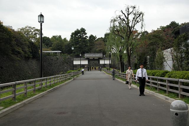 何も考えなければ江戸城の門に続く橋でしかないのだが