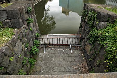 橋の下には牛ヶ淵のあふれた水を流す水路が!