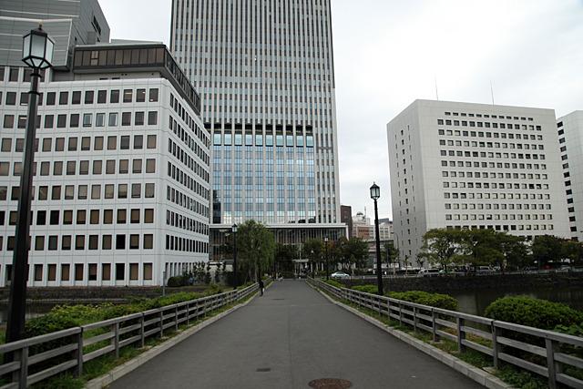 千代田区役所(正面の高層ビル)の目の前がダムだった