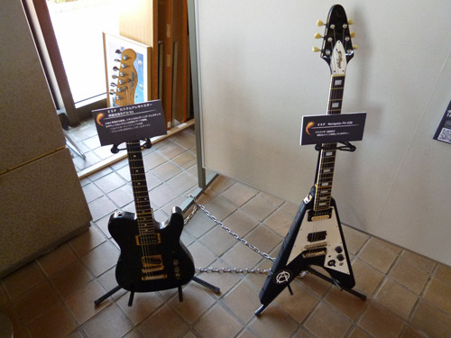 立てかけられたギター2本、それは…。