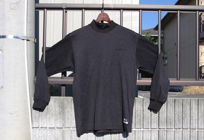 通称「アンシャツ」。丸首タイプもある。