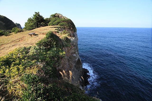 崖から落ちたら即死。芝生の上にベンチがあるのが秀逸。(パッと見、レンズによって歪曲してるようにも見えるが、右側のまっすぐな水平線からそうではないことを見抜いてほしい)