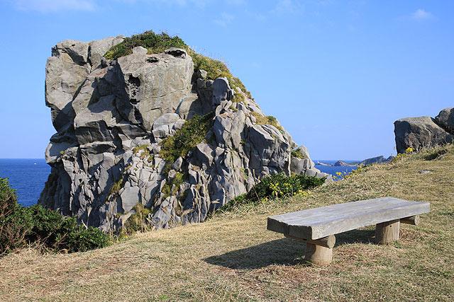 ベンチに座って壱岐の名勝「猿岩」を間近で見られる。…が、そのすぐ先がまさかの断崖絶壁。