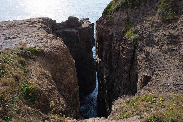 海側を望むと、細い切れ目のような谷間「蛇ヶ谷」が見える。