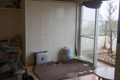 仕方ないので除湿器とあまり使わなくなった古いマッキントッシュ(G4)でとりあえずクローゼットを閉めることに成功。