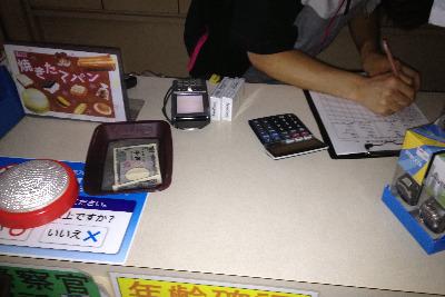 停電の中、電卓で会計するコンビニ