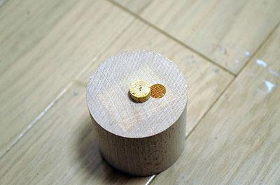 木材に突起を付けたものを用意
