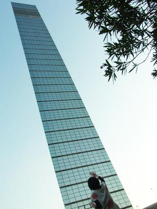 ようやく着いた!あれ、このタワーやたら薄っぺらくない?