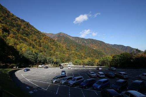 扇沢周辺の山々も既に色付いてきていた