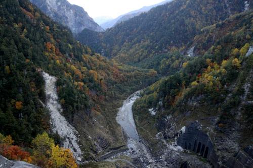 黒部ダムから見下ろすこの峡谷が下ノ廊下である