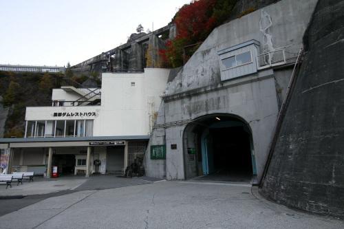 峡谷へ降りる入口はトロリーバスのトンネル内にある