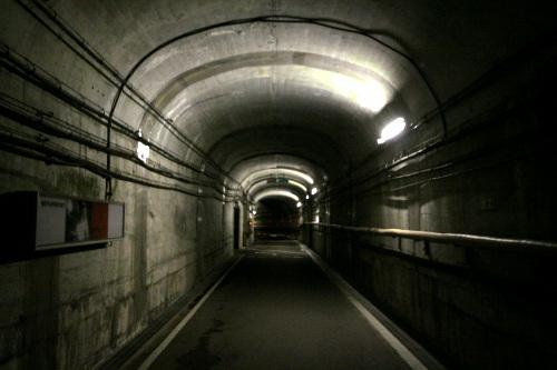 なかなか良い雰囲気のトンネルを進む