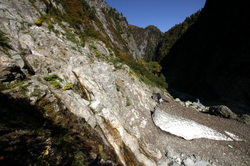 谷底には雪渓が溶けずに残っていた