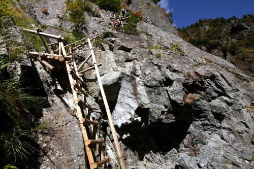 大きな岩を梯子で迂回する。これがまた怖い