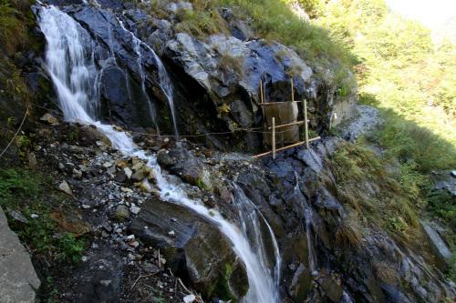滝が道を洗っていて、通るのが怖いし飛沫が冷たい