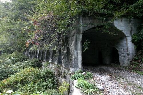 その先には廃墟のようなたたずまいのトンネルが