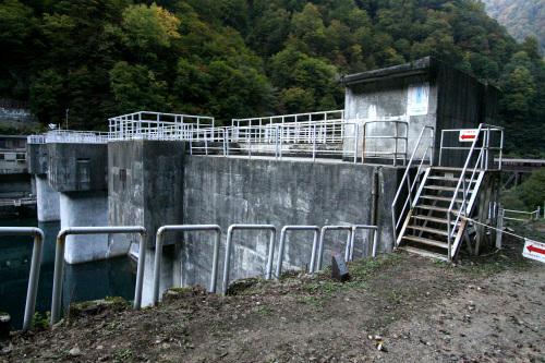 矢印に従ってダムの堤体を渡る