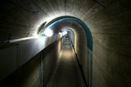 管理所から続く幅の狭いトンネルを通る
