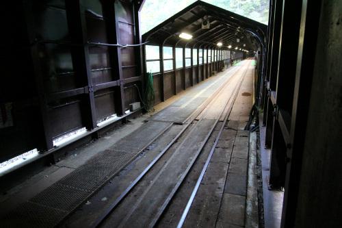 鉄道の軌道を横切った