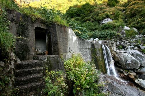 砂防ダムの内部をくぐって沢を越えるという貴重な体験