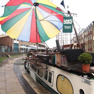 川沿いにはさっき出て行ったのと同じ形の船がたくさんとまっており、晴れた日には、船の上で本屋さんなども開かれるようだ。かっこいい。