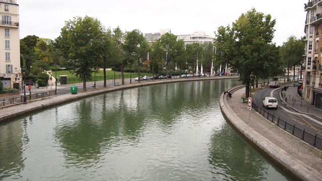 このサン・マルタン運河、映画『アメリ』の舞台にもなったそうで、運河沿いは東京で言うなら外苑前のイチョウ並木ぐらいのデートスポットである。