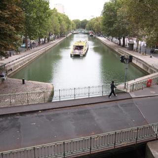 そこへ、かなり大きめの観光船がやってきた。その橋、どうやって超えるつもりか。