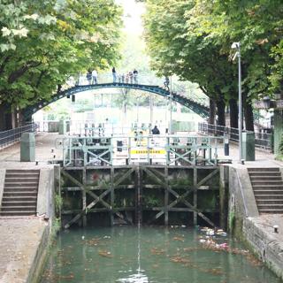 また閉めて、もう一度水位をあげる。 観賞用に高い位置に歩道橋まで架けられていてすごいなーと思って見ていたら、