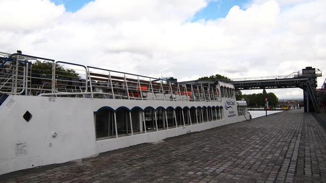 Parc de la Villetteという公園に、さっき橋をくぐっていった船が待っていた。こちらも、隅田川クルーズでよく見かけるような、大きな観光船である。