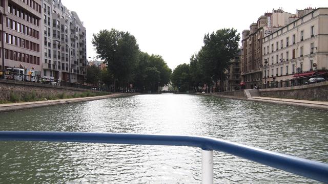 ロックゲートで水位が一定に保たれているので、運河と道路の高さの差がほとんどない。ギリギリまでなみなみと水が蓄えられているのを見ると、心豊かな気持ちになるぞ。