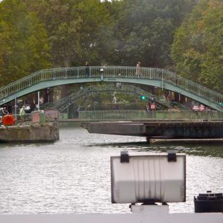 橋も低い。この低い橋はそして、ぐるぐるまわって道をあけてくれる。