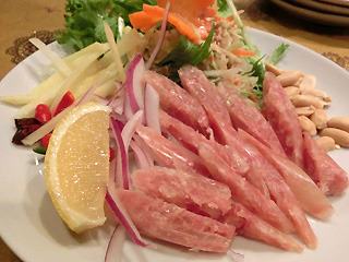 豚肉のレアソーセージ