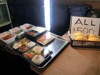 店頭でタイ料理のお弁当を売っている・マンゴーも500円